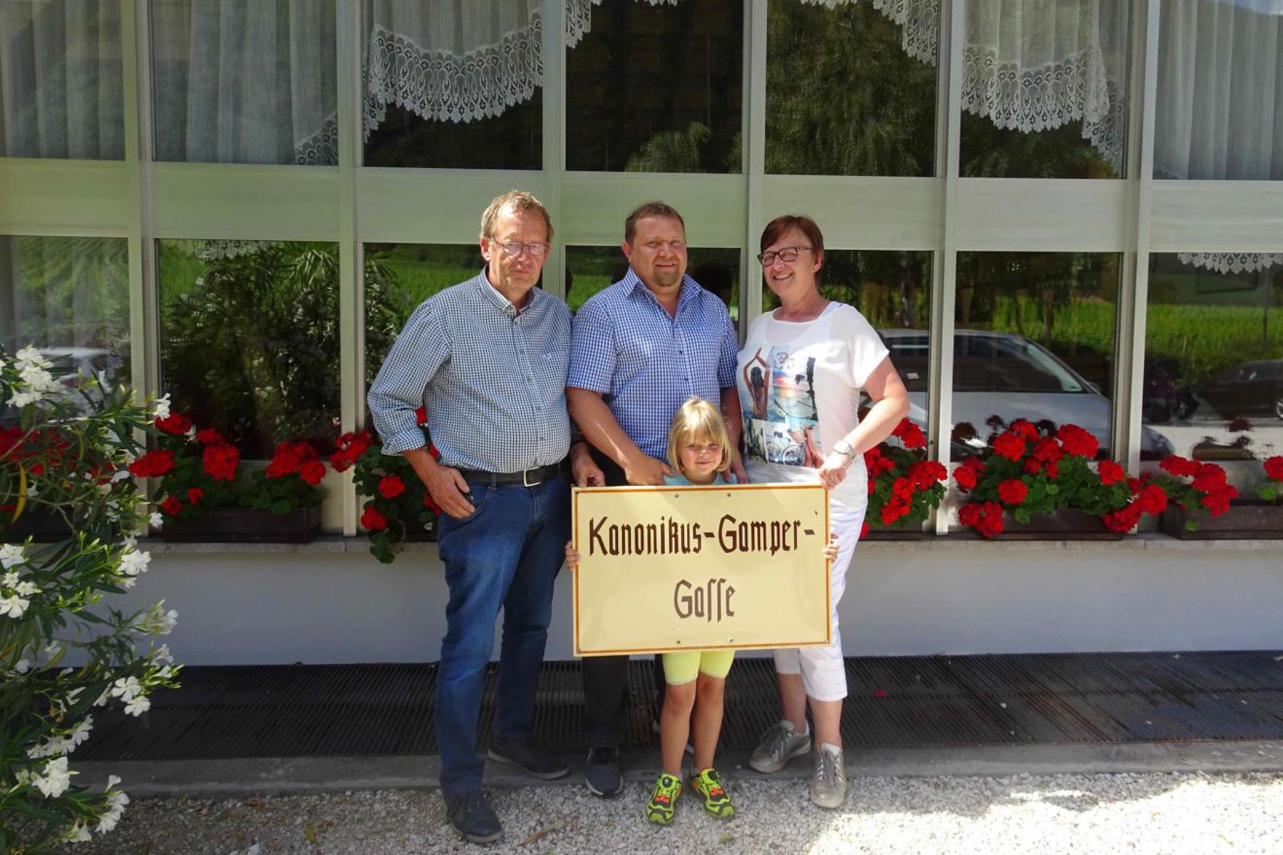 """Neue Ausstellungsstücke für Ausstellung BASStraßenschild """"Kanonikus Gamper"""" und Zeitungen"""