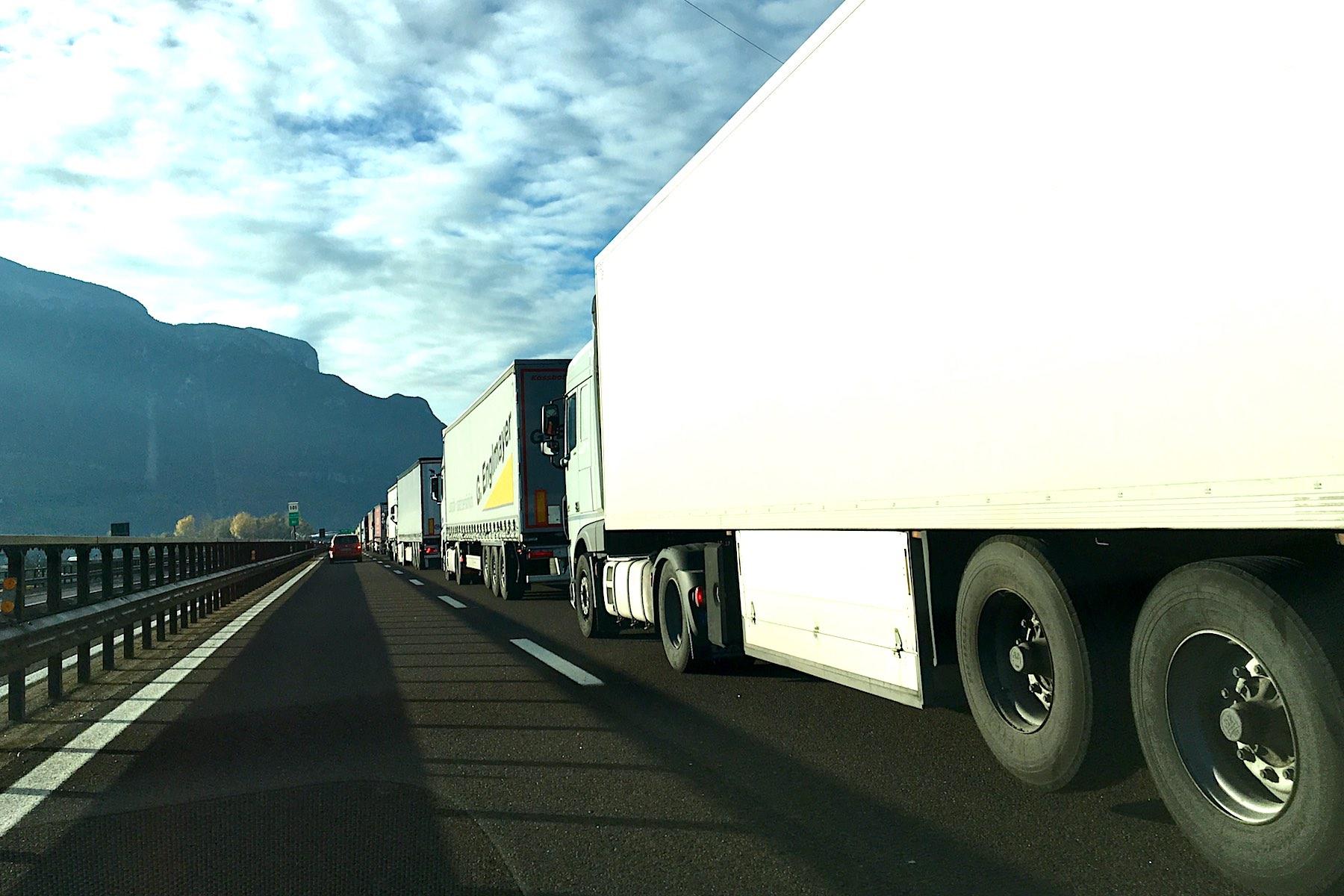 Transit-Terror:Neuer LKW-Rekord am Brenner.
